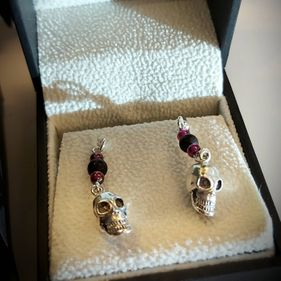 STERLING SILVER WHITBY JET AND GARNET MINI SKULL 3 STONE DROP EARRING