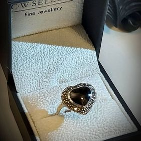 ( size O )STERLING SILVER WHITBY JET MARCASITE HEART SHAPED RING